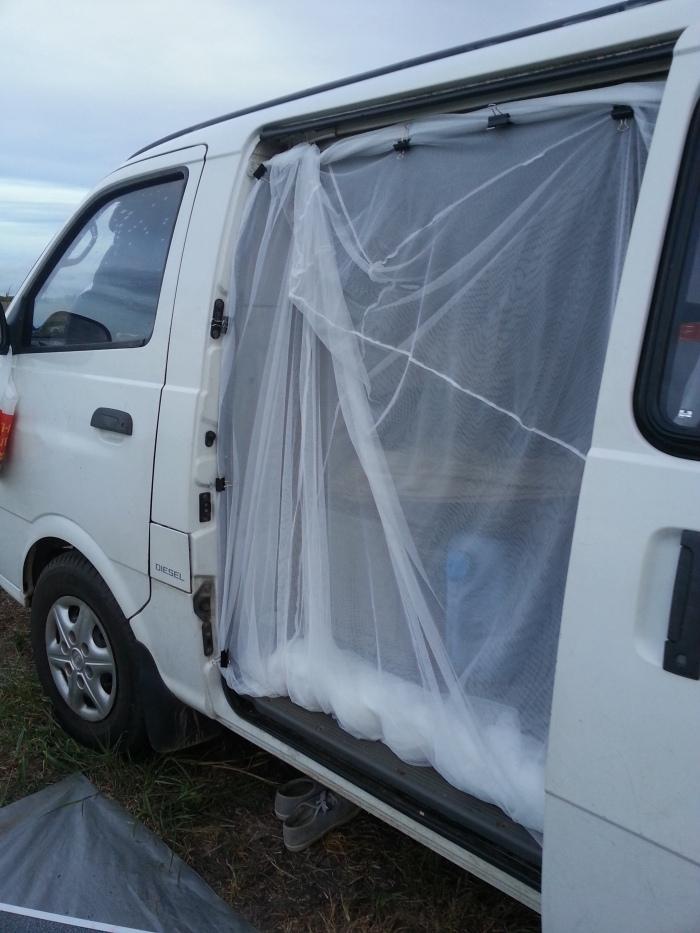 Quand il fait trop chaud pour dormir il n'y a plus qu'une solution: le système D porte ouverte et moustiquaire