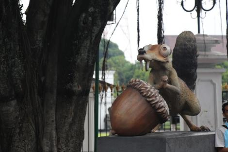 Mais qu'est-ce que fait cette statue de l'Âge de Glace en pleine ville ?!